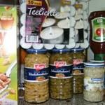 Lang haltbare Lebensmittel und Kerzen in den Lebensmittelvorrat