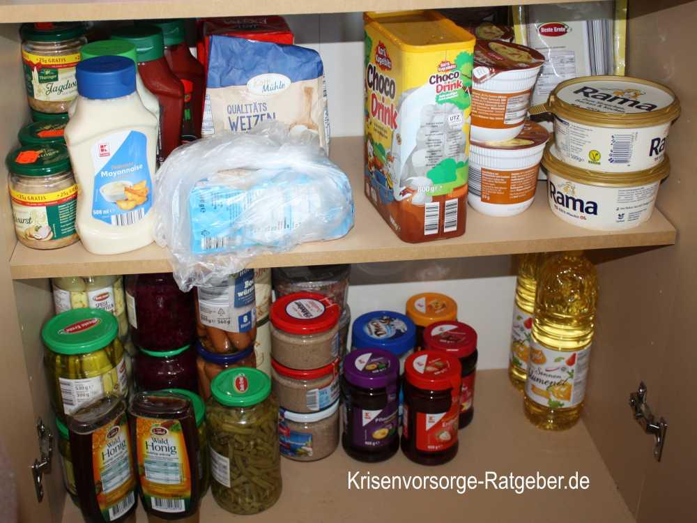 Beim Einkaufen für Krisenvorsorge Vorräte mischen